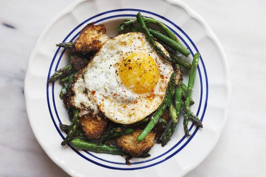 Asparagus With Fried Eggs & Sizzled Paprika Croutons