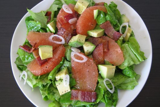 summer salad with grapefruit, avocado and bacon
