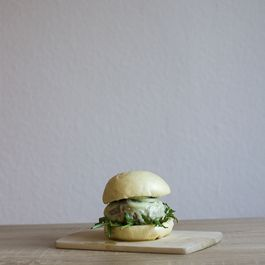 5bbbbe9a-92e2-4538-bd13-067729f77b22--eating_with_your_hands_gorgonzola_aioli_bao_burger_recipe_3