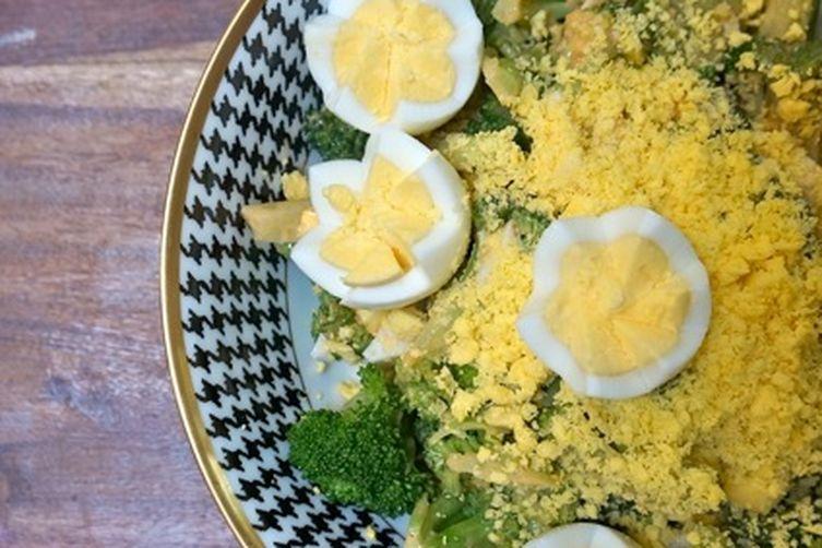 Салат с капустой брокколи с яйцом
