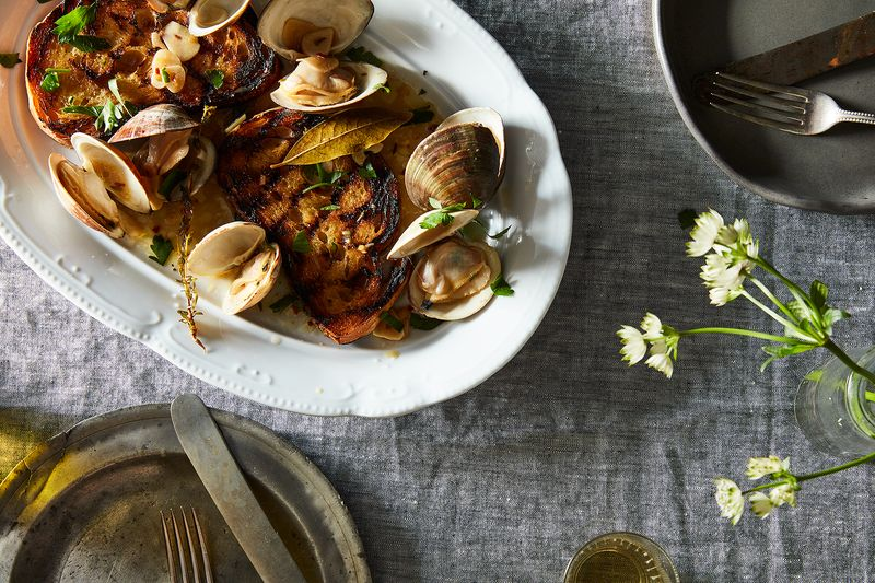 Steamed Clams with Grilled Bread