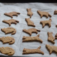 """""""Cat"""" cookies with sesame and olive oil"""