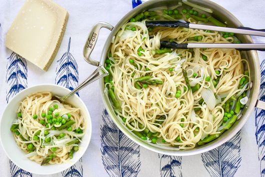 One-Pan Pasta With Asparagus and Peas