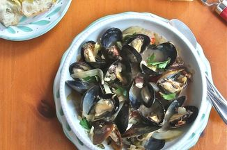 8b9d0fbc 5903 4448 b12e 77f6934a9579  steamed mussels in white wine and fennel 600
