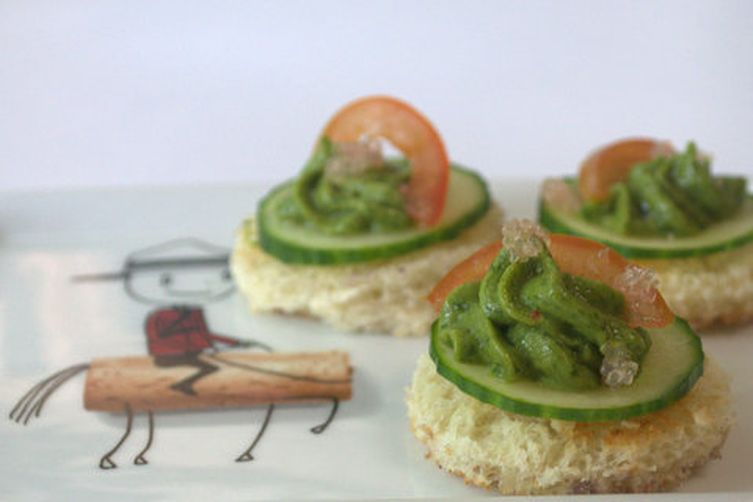 Avocado, goat cheese & mint spread