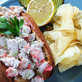 739eb81a c6a1 4e4b 812f 91e0a81776a4  lobster roll with potato chips