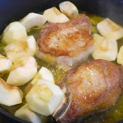 Ginger-Flavored Pork Chops with Apples