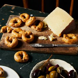 Cross a Tiny Bagel with a Pretzel for an Addictive Italian Snack