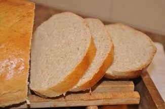 5e6a3a56-0ff3-4666-9d78-4d1494339d23--dinner_table_bread_close_up_slices_040910