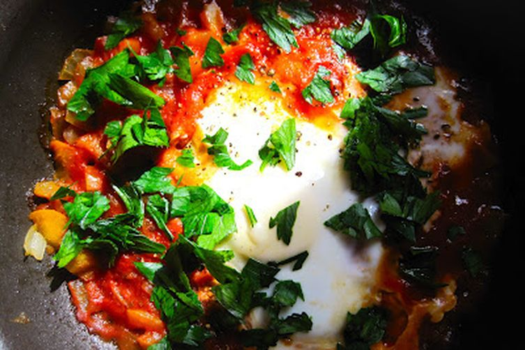 Shakshouka (Spicy Tomato Sauce Poached Eggs)