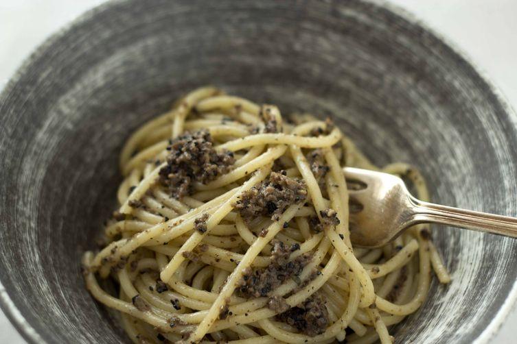 Spaghetti with Black Truffle Sauce (Spaghetti al tartufo nero di Norcia) – Umbri