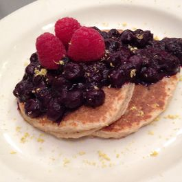 Ricotta pancakes with blueberries sauce