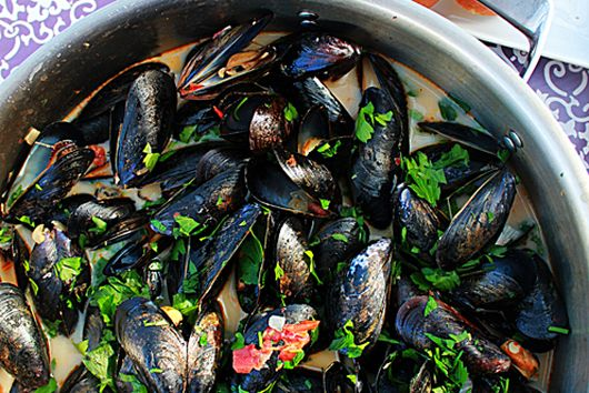 Steamed mussels in coconut curry broth