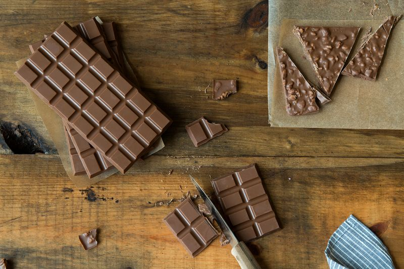 How to Make Crackly Chocolate Bars at Home