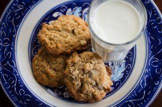 16ed91b8 c9e4 4178 bbca 414b6adcf0a3  cookies on plate 7959