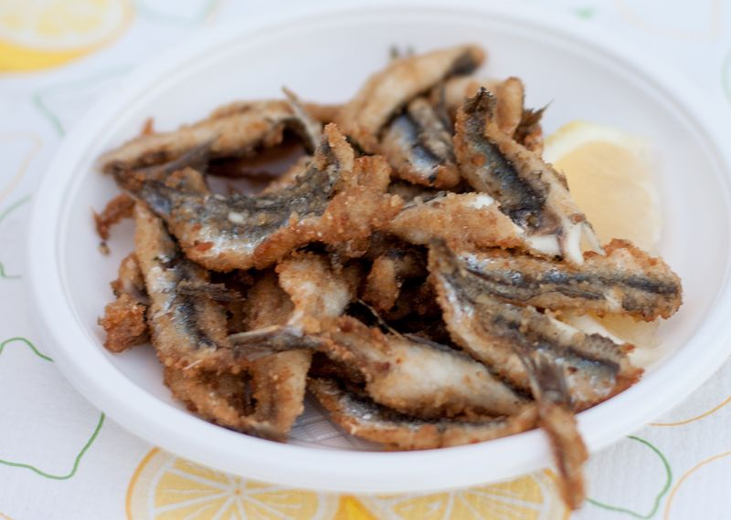 Fried anchovies at the sagra della ficamaschia.