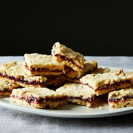 Cbee2fef-0c7c-451e-be59-123218c52c9a.2015-0106_cherry-crumb-bars-232