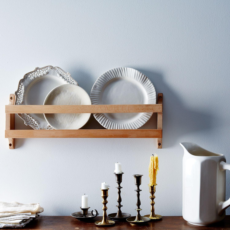 это фото полок с декоративными тарелками республике