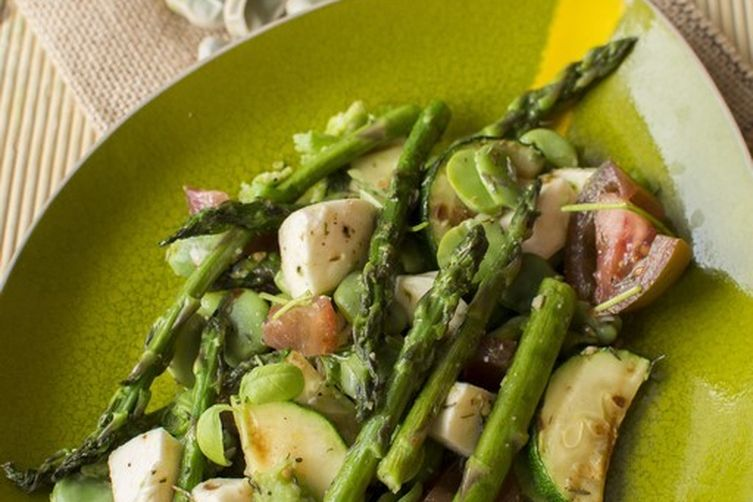 Asparagus with fava beans and mozzarella