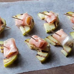 grilled apple slices with prosciutto & cheddar
