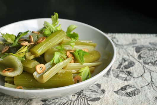 Braised Celery with Garlic Chips