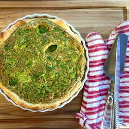 Broccoli, peas and pesto quiche
