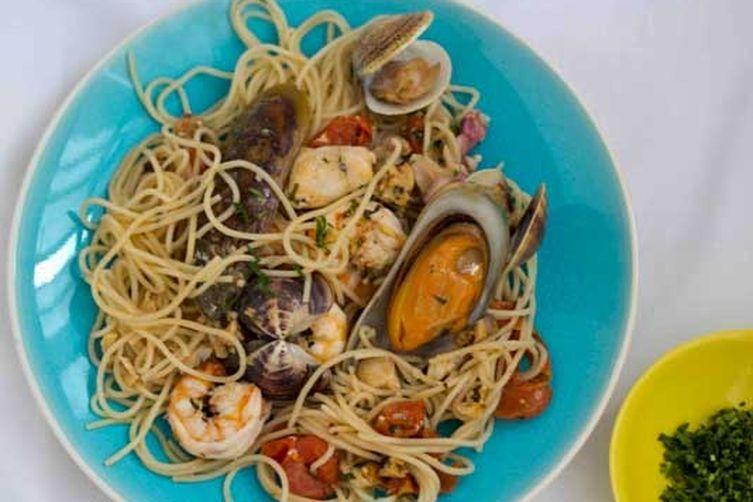 Seafood Spaghetti (Spaghetti ai frutti di mare) – Primo (First course)