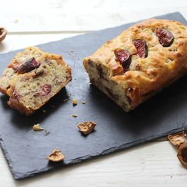 Cake with figs, walnuts, caramelized onion and mustard
