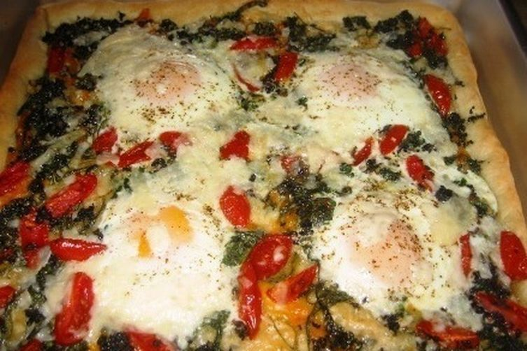 Eggs on Greens Pizza