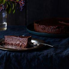 59ef9b56 64aa 4d51 aabb 225ad73b49f9  2016 0202 flourless chocolate oblivion cake julia gartland 0067