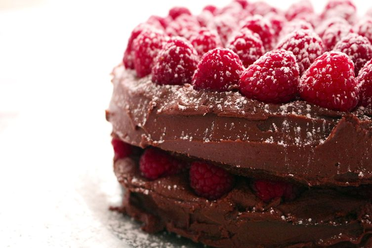 CHOCOLATE FUDGE CAKE WITH RASPBERRIES