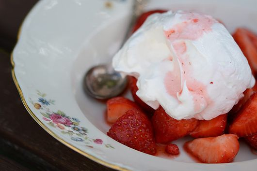 Strawberries with meringue and wild strawberries