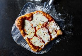 F52def6b f1f8 480c a250 db4d1cba08fb  2017 0606 baking pizzas side by side test baking sheet julia gartland 182