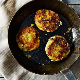 81446408 eb79 4bdd a753 d2b989b69dde  2014 1031 mashed potato cakes w broccoli and cheese edit 011