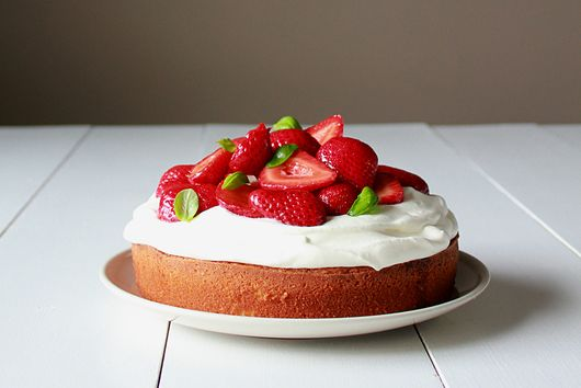 Balsamic strawberry sponge cake