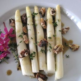86fdeaa9 61c6 4041 aee6 381751e1f559  white asparagus with black garlic vinaigrette