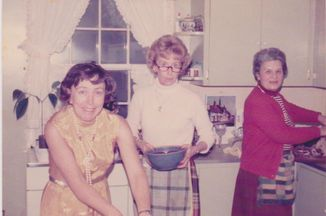 556cd6af-7316-4c76-b035-90e7bc392326--family_womenkitchen