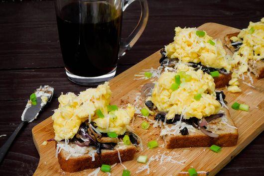 Toast & Scramble Eggs with Sauteed Mushrooms
