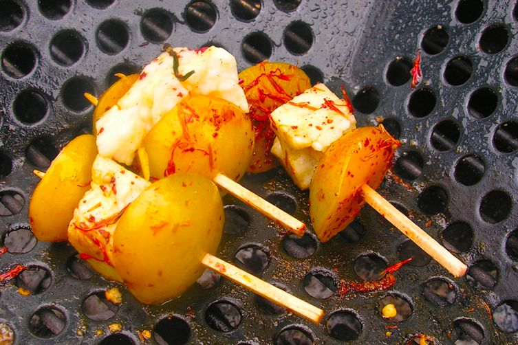 Sweet and sour grilled plums with grilled cheese: kebabs or a la carte