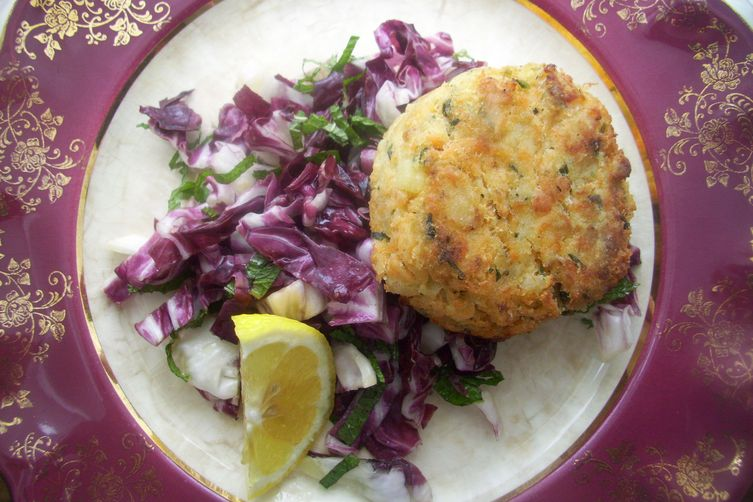 Salmon cakes with radicchio and mint salad