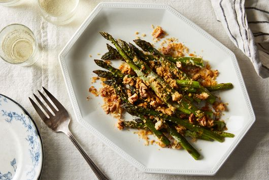 Cheesy Roasted Asparagus With Crispy Crunchies