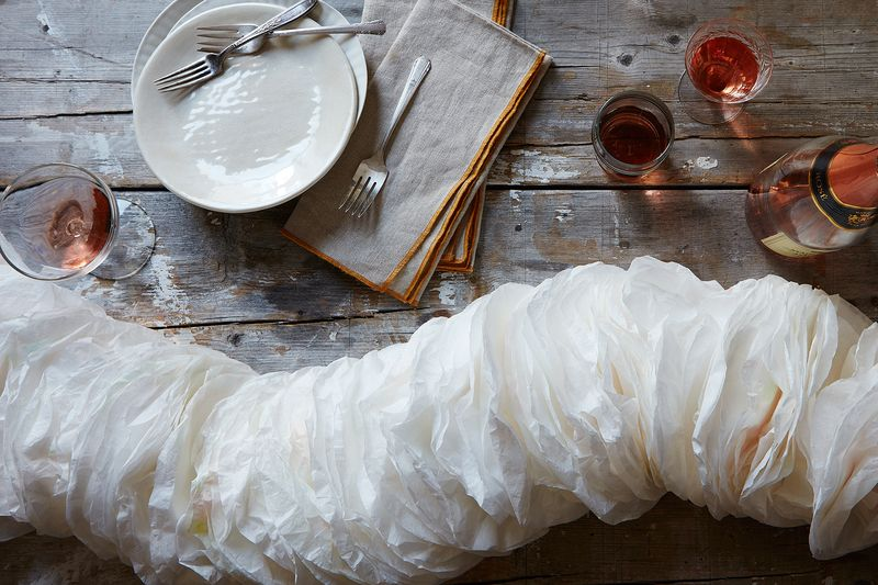How to Make a Garland of Coffee Filters for New Year's